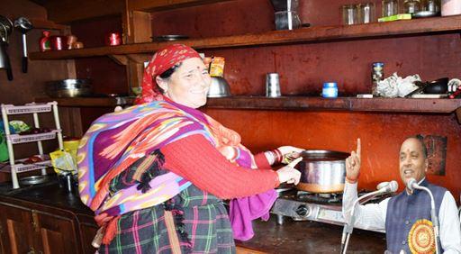 लाखों परिवारों की तरह आशा और मीना के जीवन में मुस्कान लेकर आई हिमाचल गृहिणी सुविधा योजना